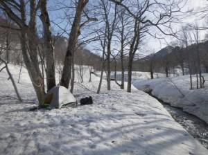 ニグロ川西俣河畔でテント泊