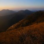早朝の石立山、中東山を望む