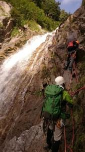 宝剣の滝、1つ目 ザイルを出して左岸を登る
