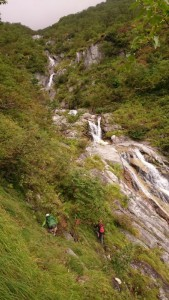 滝の階段がカール向かって続く