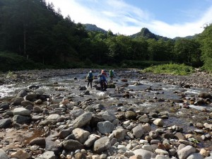 初日は長い河原歩きが続く