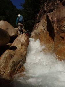 飛沫を上げる瀑布を負けじと登る