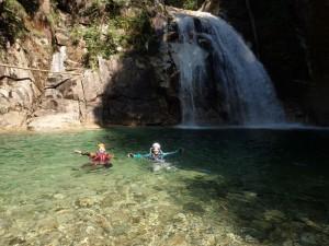 霞ヶ滝の釜で遊ぶ 巻きは一段戻って右岸から