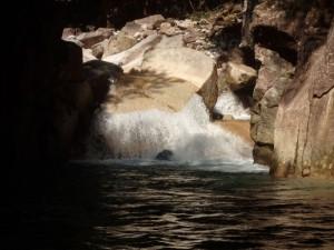 すだれ状の滝に挑む 黒いのは岩ではなく人