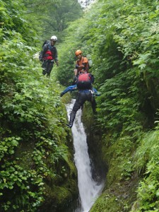 源頭部の滝を登る